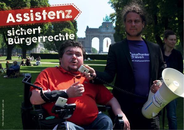 """Foto """"Assistenz sichert Bürgerrechte"""" (© Onafhankelijk Leven vzw): Zeigt einen Elektrorollstuhlfarer, dem das Megaphon von seinem Assistenten gehalten wird."""